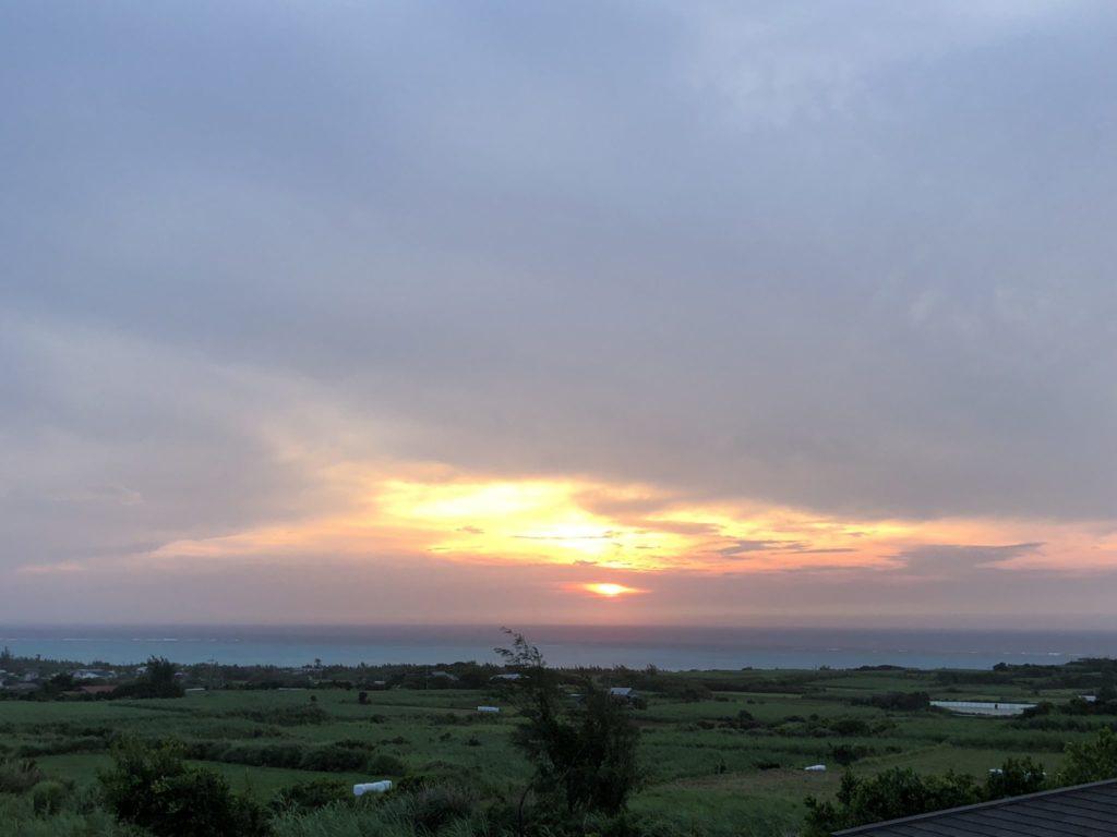 与論島の竹丸荘からの朝日