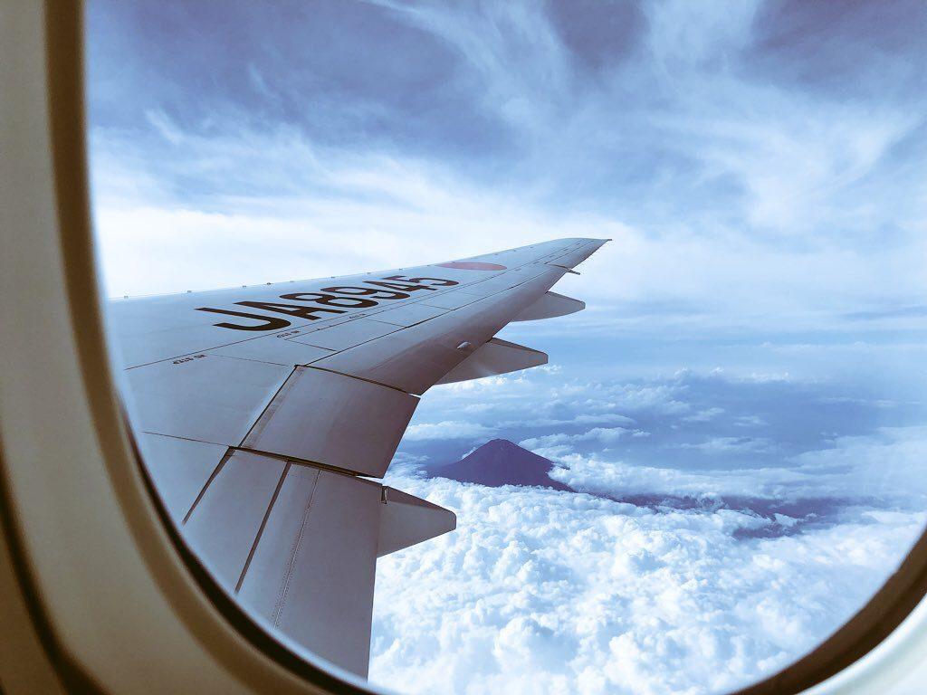 jal羽田から沖縄行の飛行機から見た富士山