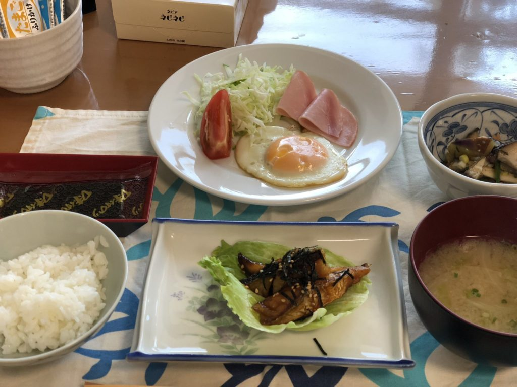 与論島の竹丸荘の朝食