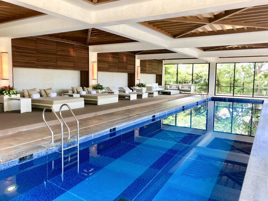 ザ・リッツカールトン沖縄の室内でプール