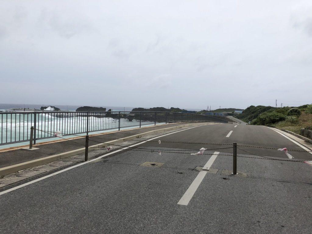与論港フェリーターミナルへの道